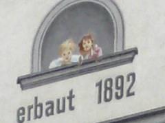 An welcher Hauswand befindet sich diese Fassadenmalerei?