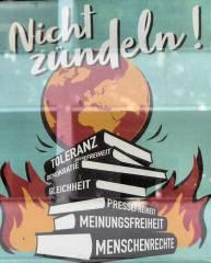 """Aktion des Buchhandels """"Nicht zündeln!"""" - Gesehen in der Danckelmannstraße 9"""