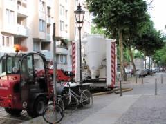 Fahrzeuge im Einsatz zur Asbestsanierung am Klausenerplatz
