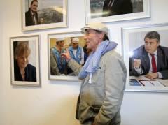 Dieter Puhl, Leiter der Bahnhofsmission am Zoo, vor seinem Foto von Frank Wecker