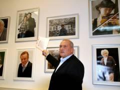 Frank Wecker mit den Fotos seiner Ausstellung