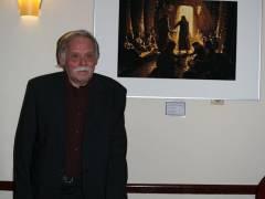 """Ausstellung """"Menschen im Orient"""" von Werner Tschink - der Fotograf neben einem seiner Werke."""