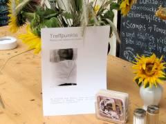 """Ausstellung """"Treffpunkte"""" von Johannes Vester - hier vor der Taverna Karagiosis"""
