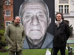 Der Fotograf und Filmemacher Luigi Toscano und Bezirksstadtrat Oliver Schruoffeneger vor einem Portrait auf der Schloßstraße