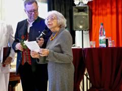 Die Holocaust-Überlebende Margot Friedländer neben Bezirksbürgermeister Reinhard Naumann
