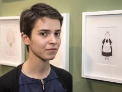 Die Künstlerin Nazibrola Kortua präsentiert ihre Zeichnungen im Berliner Büro der SOS-Kinderdörfer in Charlottenburg (Gierkezeile 38) / Foto © Frank Wecker