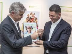 Luan Krasniqi erhält vom Geschäftsführer Dr. Wilfried Vyslozil die Ernennungsurkunde zum Botschafter von SOS Kinderdörfer weltweit im Berliner Büro in Charlottenburg (Gierkezeile 38) / Foto © Frank Wecker