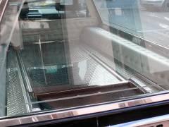 Bestattungswagen im Kiez