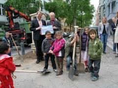 Baustadtrat Marc Schulte (li.), Thomas Krause (Leiter der GEWOBAG-Geschäftsstelle Charlottenburg), Kerstin Kirsch (Geschäftsführerin der GEWOBAG MB) (ganz re.) und Kids aus dem Kiez