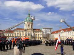 Vereidigung von Nachwuchsbeamten der Berliner Feuerwehr vor dem Schloß Charlottenburg