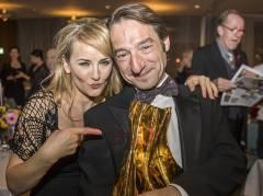 """Boris Aljinovic und Katharine Mehrling mit dem """"Goldenen Vorhang"""" / Foto © Frank Wecker."""
