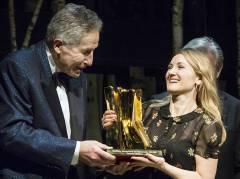"""Katharine Mehrling wird mit dem """"Goldenen Vorhang"""" ausgezeichnet / Foto © Frank Wecker"""