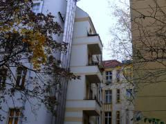 Schornstein eines Blockheizwerks im Kiez am Klausenerplatz