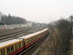Blick von der Knobelsdorffbrücke in Richtung Bahnhof Westend