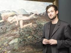 """Fabian Reifferscheidt, Kurator der Ausstellung, vor Martin Brandenburgs Gemälde """"Die Windsbraut"""" im Bröhan-Museum / Foto © Frank Wecker"""