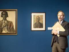 """Kurator Hans Janssen vom Gemeentemuseum in Den Haag erläutert die Ausstellung """"Jan Toorop. Gesang der Zeiten"""" im Bröhan-Museum / Foto © Frank Wecker"""