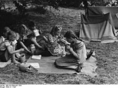 Im Freien schmeckt es noch einmal so gut. (Ferienplatz Schloßpark Charlottenburg in Berlin, 1947) - Bildquelle Bundesarchiv/Wikipedia