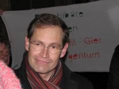 Stadtentwicklungssenator Michael Müller mit helfenden Gästen  im Haus Cumberland