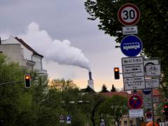 In Charlottenburg qualmt's - liegt aber nicht im Ökokiez, kümmert das Bezirksamt also nicht weiter, obwohl das schon gleich direkt vor dem Rathaus Charlottenburg zu sehen ist.