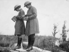 Mairi Chisholm und Elsie Knocker mit Stahlhelmen, vermutlich in Pervijze, Belgien, 1917 / Foto © Imperial War Museum, Q 105969