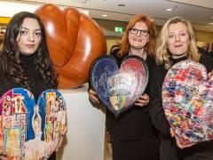 """Künstlerinnen der Ausstellung """"23 internationale Kunstherzen für UNICEF"""" in der Charlottenburger Commerzbank-Filiale / Foto © Frank Wecker"""