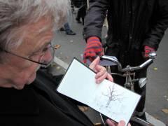 Der Maler Matthias Koeppel fertigt Skizzen auf der Demo zum Erhalt von Grünflächen und für eine soziale und lebenswerte Stadt (14. November 2014)