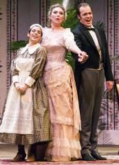 """Meechot Marrero, Annette Dasch und Thomas Blondelle in """"Die Fledermaus"""" an der Deutschen Oper / Foto © Frank Wecker"""