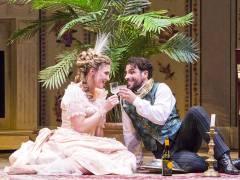 """Annette Dasch und Enea Scala in """"Die Fledermaus"""" an der Deutschen Oper / Foto © Frank Wecker"""