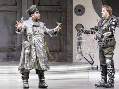 """Markus Brück und Florian Teichtmeister in """"Die Fledermaus"""" an der Deutschen Oper / Foto © Frank Wecker"""