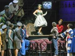 """Meechot Marrero tanzt auf dem Tisch in """"Die Fledermaus"""" an der Deutschen Oper / Foto © Frank Wecker"""