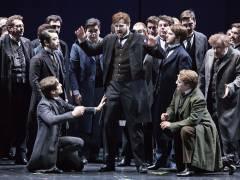"""""""Hoffmanns Erzählungen"""" an der Deutschen Oper - Daniel Johansson (Mitte) als Hoffmann / Foto © Frank Wecker"""