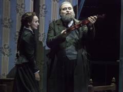 """""""Hoffmanns Erzählungen"""" an der Deutschen Oper - Cristina Pasaroiu als Antonia mit James Platt als Crespel / Foto © Frank Wecker"""
