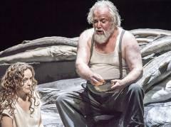 """Evelyn Herlitzius und Sir John Tomlinson in """"Lady Macbeth von Mzensk"""" in der Deutschen Oper Berlin / Foto © Frank Wecker"""