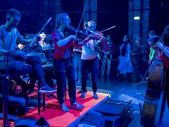 Musikalisches Theater mit jugendlichen Flüchtlingen in der Deutschen Oper / Foto © Frank Wecker