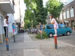 Eisessen und Spaß auf dem Poller vor dem Eiscafé Fedora in der Nehringstraße