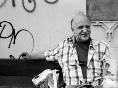 Ein Kiezbewohner vorm Café - © Erika Schneider