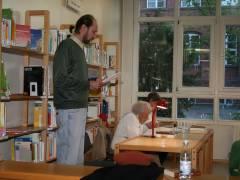 Matthias liest in der Ingeborg-Bachmann-Bibliothek