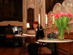 Blanche Kommerell liest - im Hintergrund ihr Sohn am Klavier