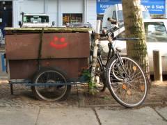 vor dem Gebrauchtwarenladen der Berliner Stadtmission