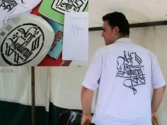 Familienfest auf dem Klausenerplatz - Arif, der Hobby-Kalligraph beschriftet nach Wunsch