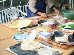 Familienfest auf dem Klausenerplatz - Fleißige Hände bereiten Pizza und mehr