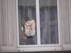 Ein Schneemann hält Ausschau - wo bleibt denn der Schnee, mehr davon bitte...