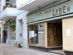 Vorbereitungen für Filmaufnahmen in der Nehringstraße - der langjährige Haushund der Schuhmacherei Ebert beobachtet das Geschehen (Ende April 2015)