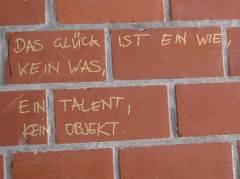 Weisheiten zum Glück am Straßenrand (in der Danckelmannstraße)