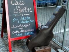 """Der """"Mann mit dem Koffer"""" im Café Sartre"""