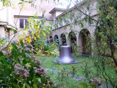 Glocke im Klosterhof der St. Kamillus Kirche