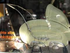 im Schaufenster eines Trödel-Ladens im Mierendorff-Kiez