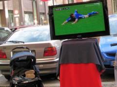 Fußball-EM vor dem Eiscafé Fedora in der Nehringstraße 23