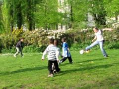 Fußball auf dem Klausenerplatz - voller Einsatz mit internationaler Spitzenbesetzung