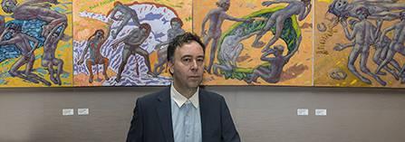 """Hans-Georg Kohler mit seiner Ausstellung """"Asyl"""" in der Galerie von Carlos Hulsch / Foto © Frank Wecker"""